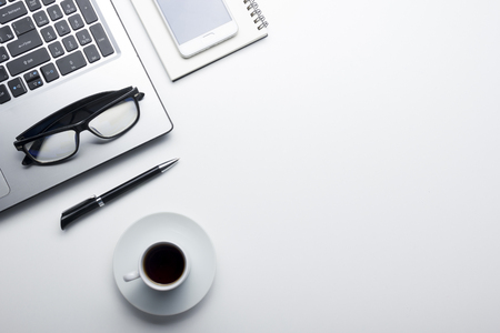 Schreibtisch Tisch mit Zubehör . Flach legen Business Arbeitsplatz und Objekte . Draufsicht . Kopieren Sie Platz für Text Standard-Bild - 95413338