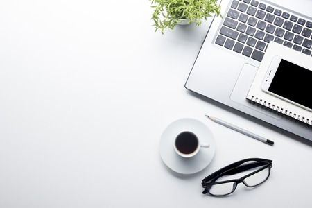 Schreibtisch Tisch mit Zubehör . Flach legen Business Arbeitsplatz und Objekte . Draufsicht . Kopieren Sie Platz für Text Standard-Bild