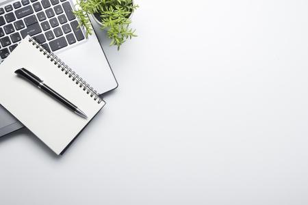 Schreibtisch Tisch mit Zubehör . Flach legen Business Arbeitsplatz und Objekte . Draufsicht . Kopieren Sie Platz für Text Standard-Bild - 95919733