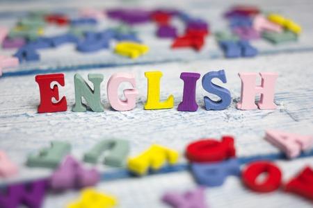 Englisches Wort verfasst aus hölzernen Buchstaben des bunten ABC-Alphabetblocks, Kopienraum für Anzeigentext. Bildungskonzept.