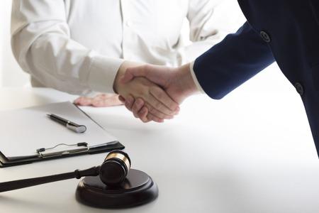 Concepto de derecho, asesoramiento y servicios jurídicos. Abogado y abogado con reunión de equipo en bufete de abogados