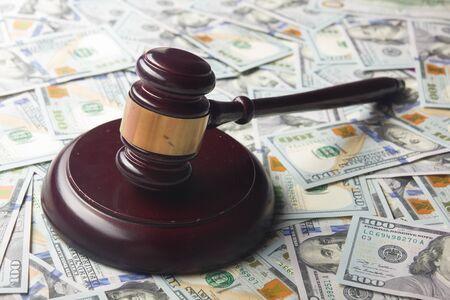 Richter oder Auktionator Hammer auf dem Dollar-Bargeld-Hintergrund, Konzept für Korruption, Insolvenz, Auktionsgebote, Geldstrafen Standard-Bild