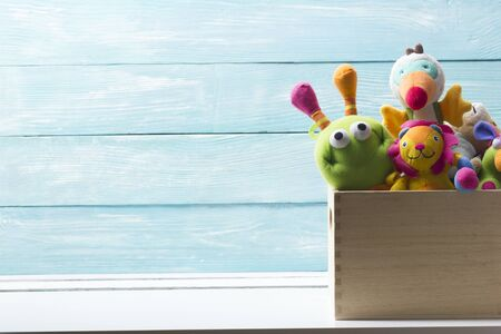 玩具收集在盒子上抽象的木制背景。Donatation。文本复制空间