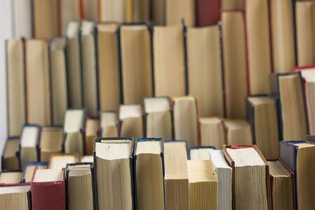 Stapel Bücher Hintergrund. viele Bücher stapeln sich.