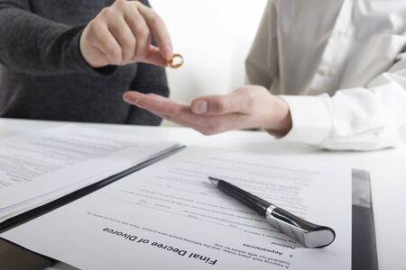 Scheidung Konzept. Hände der Frau, Ehemann, der das Scheidungsurteil unterzeichnet, die Ehe aufhebt, Dokumente zur rechtlichen Trennung.
