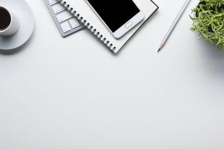 備品付きのオフィスデスクテーブル。フラットレイビジネスの職場やオブジェクト。トップ ビュー。テキストのスペースをコピーする 写真素材