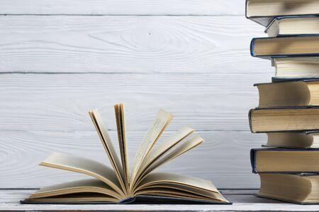 Otwarta książka, książki w twardej oprawie na drewnianym stole. Powrót do szkoły. Skopiuj miejsce Zdjęcie Seryjne