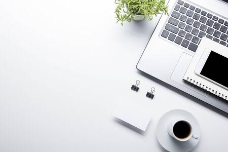 Table de bureau avec fournitures. Plat et lieu de travail d'affaires. Vue de dessus. Copiez l'espace pour le texte