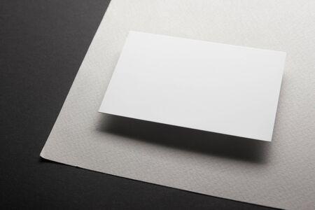 Visitenkarten leer. Modell auf farbigem Hintergrund. Flach liegen. Kopieren Sie Platz für Text. Standard-Bild