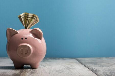 Piggy bank and golden coin. Savings and finance concept Banque d'images