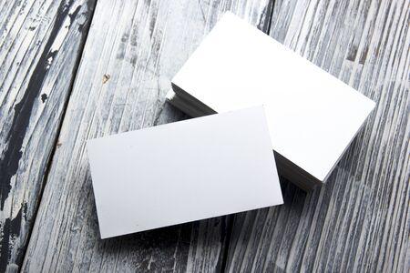 Visitenkarten Modell auf Farbhintergrund. Flache Lage. Kopierplatz für Text.