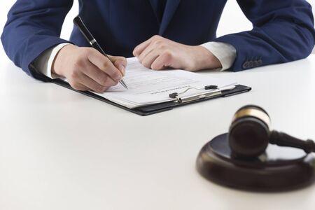 Concepto de derecho, asesoramiento y servicios jurídicos. Abogado y abogado con reunión de equipo en bufete de abogados.