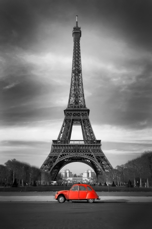 auto old: Torre Eiffel y el viejo coche de color rojo - París