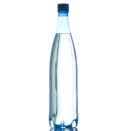 Flasche Wasser auf einem weißen Hintergrund in High Definition