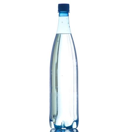 Une bouteille d'eau sur un fond blanc en haute définition