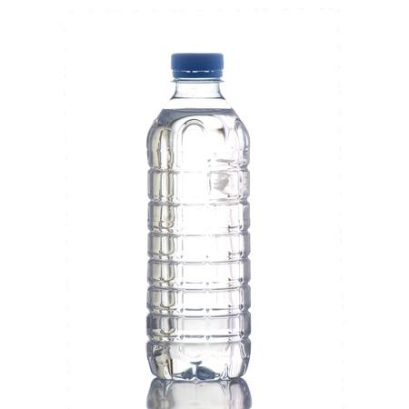 agua purificada: Botella de agua en un fondo blanco en alta definici�n