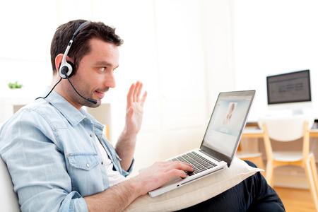 Ansicht eines jungen Mannes entspannt Video-Aufruf im Internet Standard-Bild - 27102719