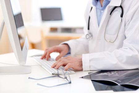 Anzeigen von Informationen der Arzt die Hände Eingabe über Tastatur Standard-Bild - 27102781