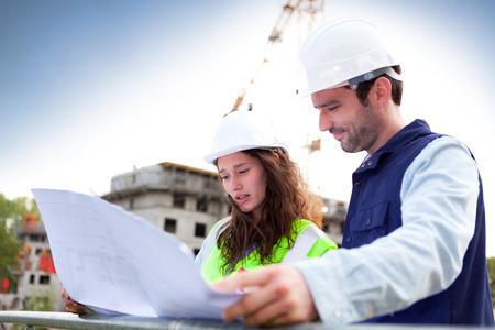 建設現場で働く同僚のビュー