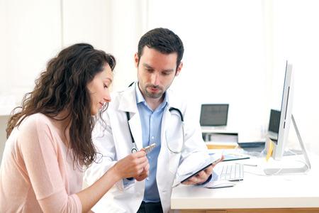 hmo: Vista di un medico con tavoletta di informare il paziente Archivio Fotografico