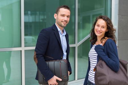competitividad: Vista de un hombre de negocios y una mujer conversando juntos después del trabajo Foto de archivo