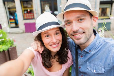 Blick auf ein junges Paar auf Urlaub unter selfie