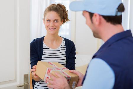 Vue d'un homme de livraison la remise d'un colis à la clientèle