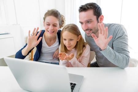 Blick auf eine Familie, die einen Videocall auf einem Laptop Standard-Bild
