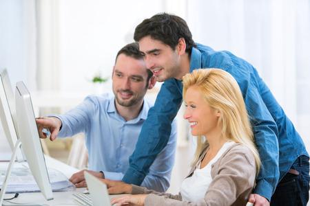 empresas: Vista de un grupo de personas activas j�venes trabajando juntos Foto de archivo