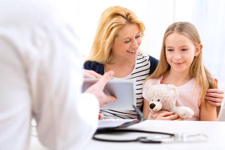 enfant malade: Vue d'une petite fille chez le m�decin avec sa m�re