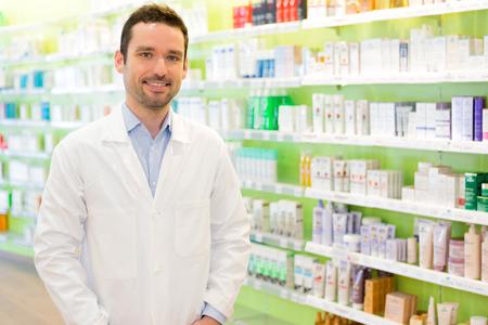farmacia: Vista de un farmac�utico atractivo en el trabajo Foto de archivo
