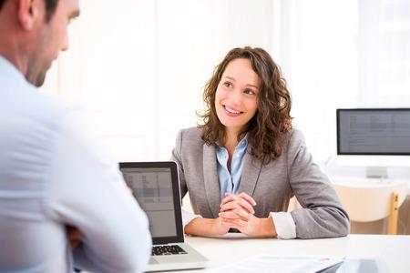 entrevista: Vista de una mujer atractiva joven durante la entrevista de trabajo Foto de archivo