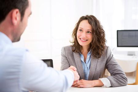 就職の面接中に若い魅力的な女性観