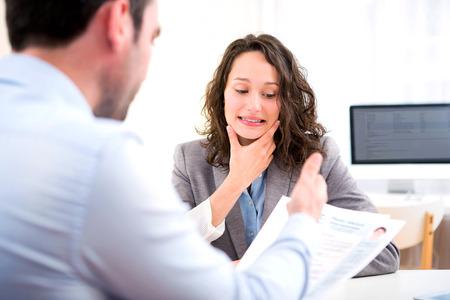 Vista de una mujer atractiva joven durante la entrevista de trabajo Foto de archivo - 39790539