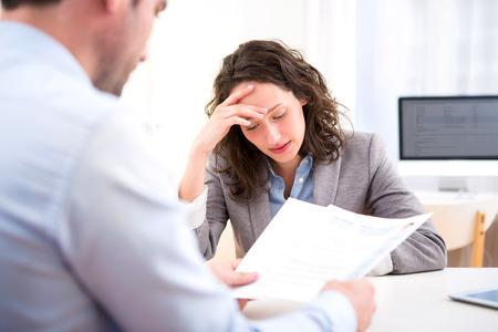 De weergave van een jonge aantrekkelijke vrouw tijdens sollicitatiegesprek Stockfoto