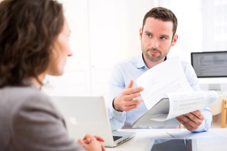 Ansicht eines jungen attraktiven Arbeitgeber Analyse Lebenslauf von Frau Standard-Bild - 39815125