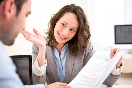 puesto de trabajo: Vista de una mujer atractiva joven durante la entrevista de trabajo Foto de archivo