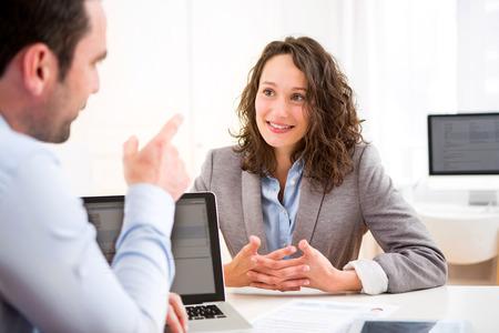 Vista de una mujer atractiva joven durante la entrevista de trabajo Foto de archivo - 40381708