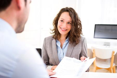 Vista de una mujer atractiva joven durante la entrevista de trabajo Foto de archivo