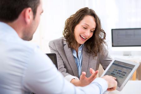 Vista de una mujer atractiva joven durante la entrevista de trabajo Foto de archivo - 41604915