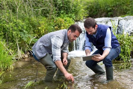 科学者と生物学者水の分析に取り組んでのビュー 写真素材