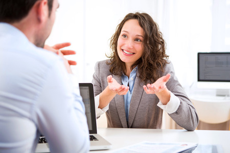 entrevista de trabajo: Vista de una mujer atractiva joven durante la entrevista de trabajo Foto de archivo