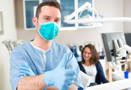 Blick auf eine junge attraktive Zahnarzt in seinem Büro