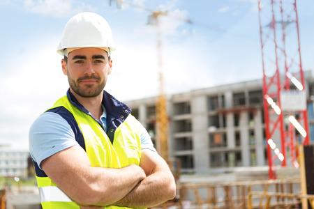 Vue d'un travailleur attrayant sur un chantier de construction