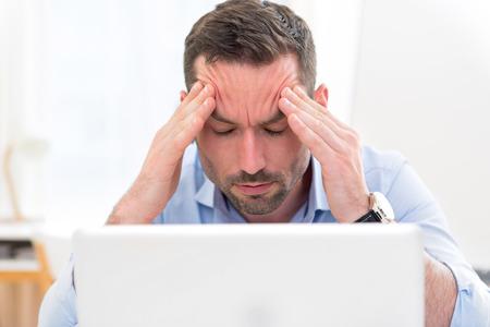 Blick auf eine junge attraktive Geschäfts bekam Kopfschmerzen wegen ausbrennen