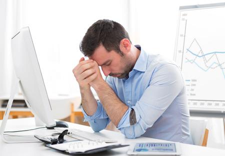 Blick auf eine junge attraktive Geschäfts bekam Kopfschmerzen wegen ausbrennen Standard-Bild - 46289025