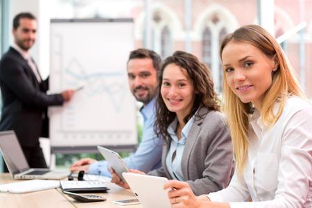 patron: Vista de un jefe al frente de una reunión de negocios con socios