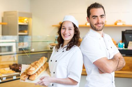 panadero: Vista de un equipo de panaderos de trabajo en la panadería