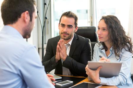 Vue d'un patron faire entretien attrayant avec son assistant Banque d'images