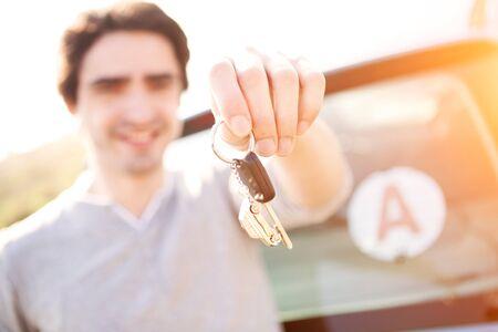 Vista di un giovane uomo felice per ottenere la patente di guida